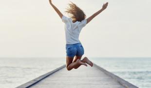 auxifina-10-conseils-en-or-pour-voyager-moins-cher-en-avion-prêt-vacances-confort-financier